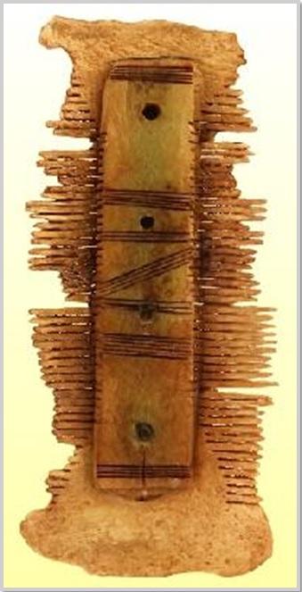 E csont fésűt pusztán hétköznapi használati célra készítette a mester, ám a kifinomult arányérzékkel és technikai hozzáértéssel megalkotott tárgy azt sugallja: a fésülködés ciklikusan ismétlődő rituális cselekvés volt a korabeli kultúrában. (kobzosBBL)