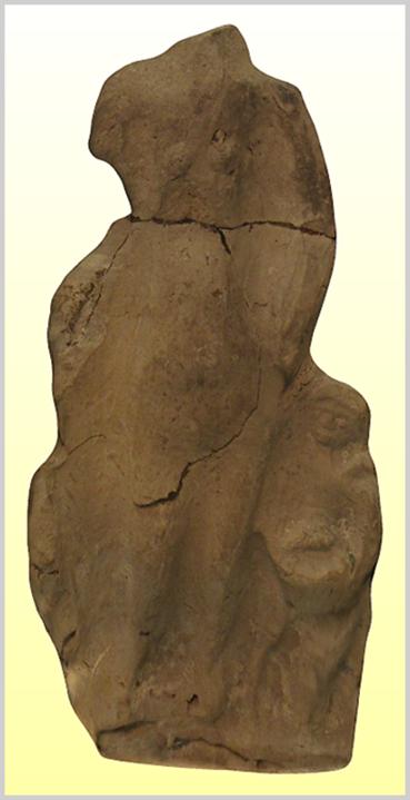 Az okkersárga színű terrakotta szobortöredék a csodaszép Venus római istennőt és a férfierő jelképeként tisztelt Mars termékenységistentől, a háború és a harc védnökétől fogant gyermekét, Amort ábrázolja, aki a római mitológiában a szerelem istene.