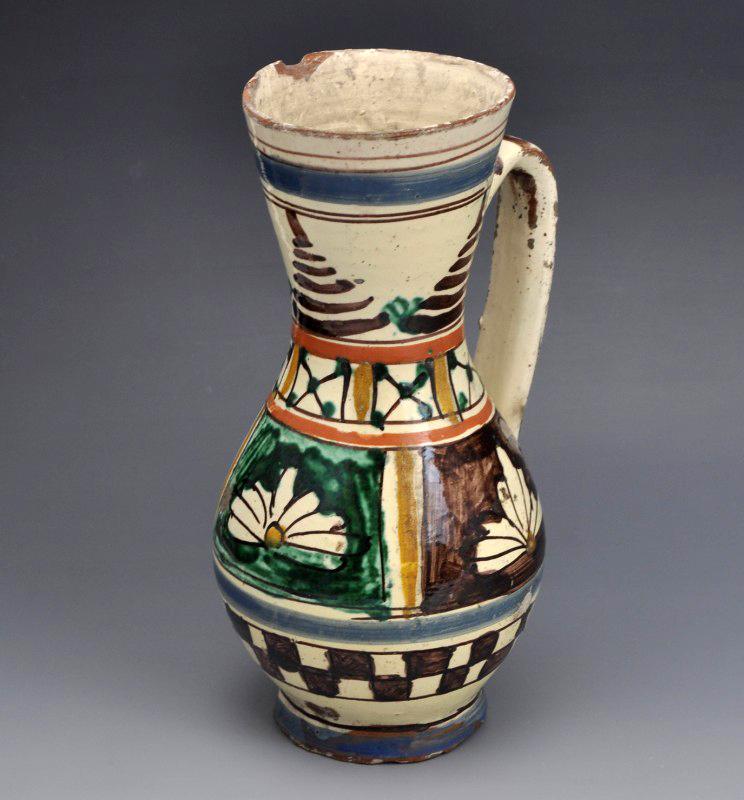 Ólommázas bokály virág- és sakktáblamintával díszítve. Szárm.: Székelyudvarhely. Déri Múzeum (Debrecen)