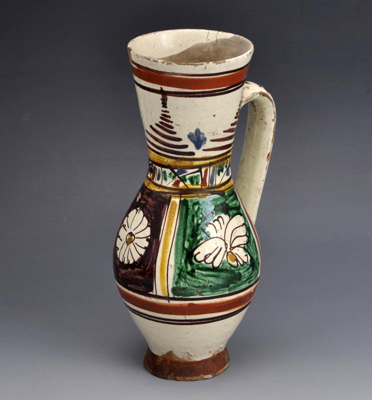 Ólommázas, írókázott és ecsettel festett, virágmintával díszített bokály. Szárm.: Székelyudvarhely. Déri Múzeum (Debrecen)